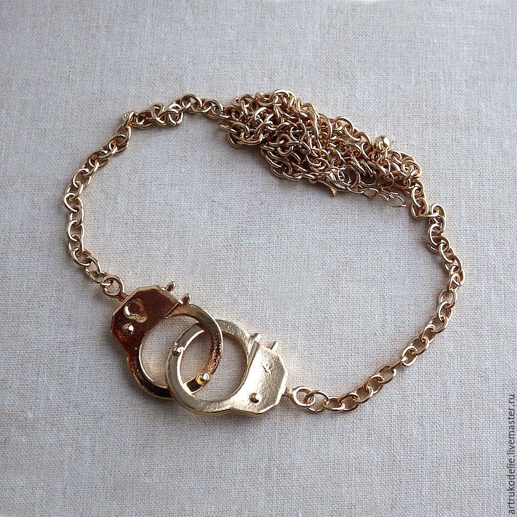 Колье с наручниками Золотые оковы. Длина цепи 50 см, удлиняющая цепочка 6 см. Размер подвески наручники 5х2 см.