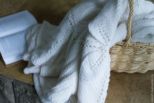 Белое покрывало чистошерстяное, собрано из отдельно связанных мотивов. Мягкое и нежное, так как связано вручную из шерсти меринос. Размер покрывала 1200 х 1600мм. Заказав изделие большего размера цена