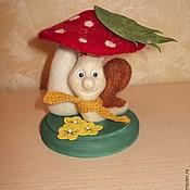 Куклы и игрушки ручной работы. Ярмарка Мастеров - ручная работа Валяная улитка на деревянной подставке. Handmade.
