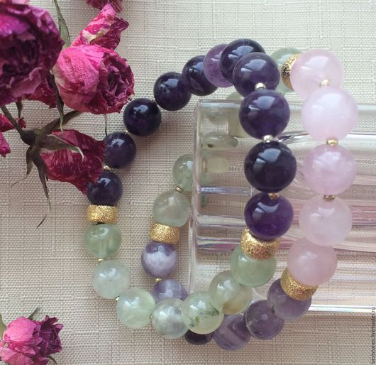 Браслеты из натуральных камней: розового кварца, пренита и аметиста.