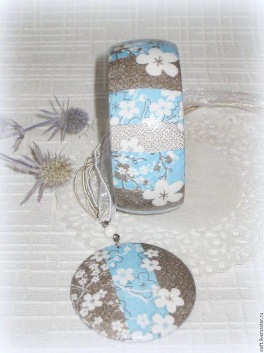 голубой коричневый белый полосатый  женский недорогой деревянный браслет кулон недорого подарок что подарить девушке женщине сестре подруге маме на 8 марта день рождения дерево сакура белые цветы