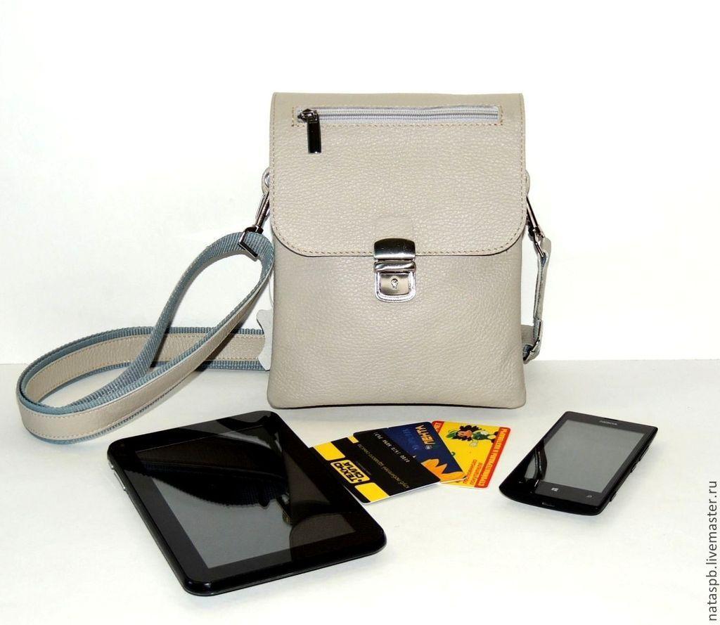 Сумка не большая, но в нее много помещается. Практичная, удобная сумка на каждый день, а так же для поездок в отпуск.