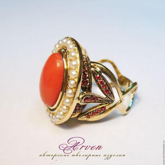 Кольцо золотое с кораллом и жемчугом.