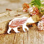 Украшения ручной работы. Ярмарка Мастеров - ручная работа Брошь (значок) деревянная Медведь с настоящими цветами. Handmade.