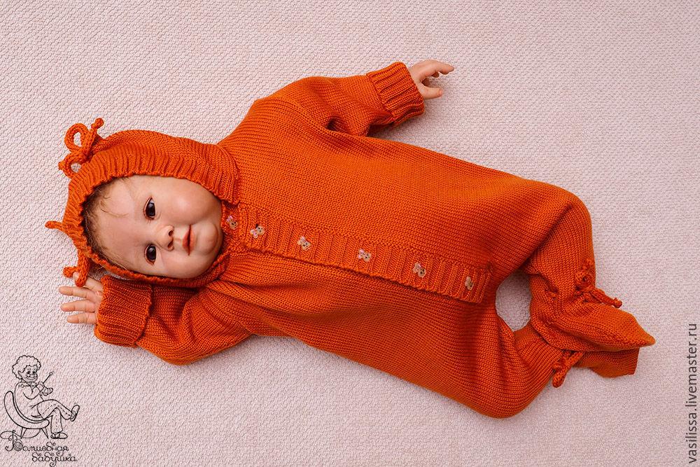 Вязаный комбинезон с капюшоном для новорожденного спицами