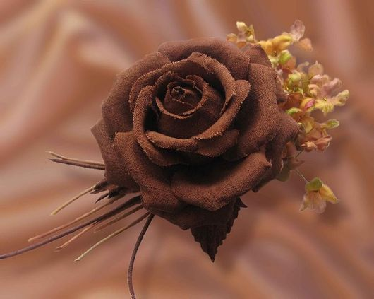 цветы из шелка, шелковые цветы украшение, брошь коричневая роза ,индийский шелк эри,роза из индийского шелка,украшение из ткани,искусственные цветы ручной работы, украшение в прическу, шелковый цветок