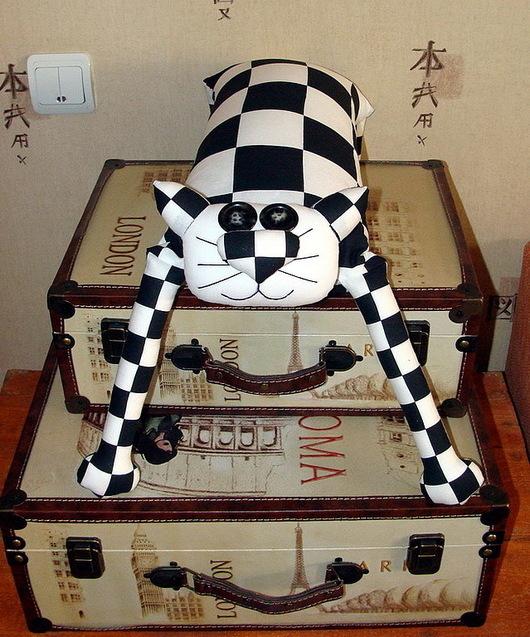 """Игрушки животные, ручной работы. Ярмарка Мастеров - ручная работа. Купить Игрушка-подушка """"Радужный кот"""" черно-белая клетка. Handmade."""