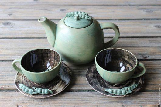 Сервиз `Зеленый горошек` №9 , состоит из 5 предметов : 2 чайных пар и заварного чайника Чайник- Высота 120 мм, диаметр 120 мм, ширина от ручки до носика - 220 мм Чашка -200 мл, высота 6 см  Блюдце