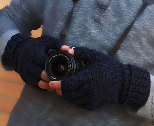 В митенках удобно пользоваться любыми гаджетами,так как они не выскальзывают из рук,а руки остаются в тепле. Митенки послужат хорошим подарком мужчине,особенно фотографу,водителю.