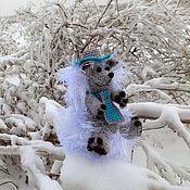 Куклы и игрушки ручной работы. Ярмарка Мастеров - ручная работа Ежик Индиана Джонс в снежной России )) вязаный ежик. Handmade.