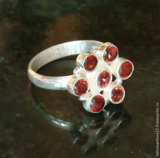 Кольцо ручной работы с  ГРАНАТОМ (натуральный камень) АЛЕНЬКИЙ ЦВЕТОЧЕК     выполнено из серебра 925 пробы,размер цветка18мм . ТАЛИСМАН ЛЮБВИ