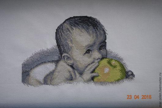 Подарки для новорожденных, ручной работы. Ярмарка Мастеров - ручная работа. Купить Малыш с яблоком (ручная вышивка). Handmade. Разноцветный, младенцу