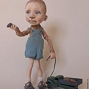 Куклы и игрушки ручной работы. Ярмарка Мастеров - ручная работа мальчик, грузовик и сломанное колесо. Handmade.