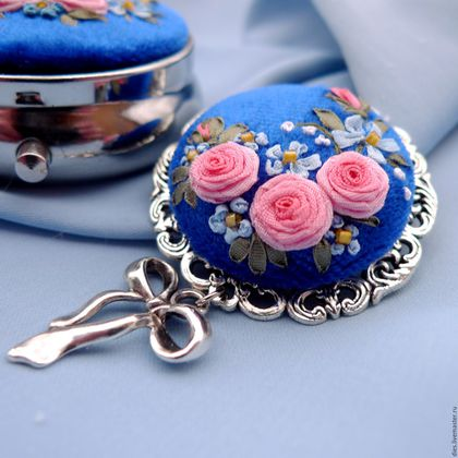 Броши ручной работы. Ярмарка Мастеров - ручная работа. Купить Сет из броши и коробочки с вышивкой Вдыхая розы аромат. Handmade.