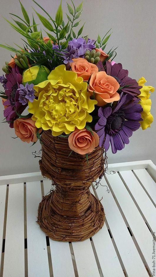 Интерьерная композиция из полимерной глины с желтыми пионами, анемонами, герберами, розами в вазе из виноградной лозы.