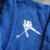 Одежда ручной работы. Ярмарка Мастеров - ручная работа Синий махровый халат с оригинальной  вышивкой хоккеиста на груди 15179. Handmade.