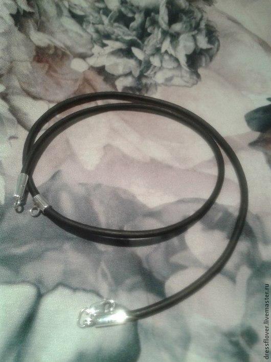 Шнур кожаный круглый с серебряным замком и бейлом для подвески.
