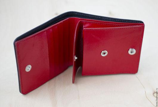 Кошельки и визитницы ручной работы. Ярмарка Мастеров - ручная работа. Купить Кожаный небольшой кошелек черный с красной подкладкой. Handmade.