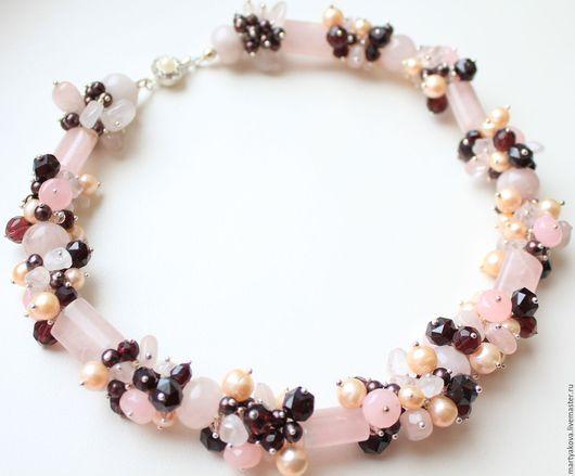 Стильное украшение на шею – изящное колье из натуральных камней – розового кварца, граната, жемчуга шоколадного и персикового цветов, украшено легкими брызгами ограненного чешского стекла.