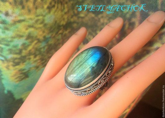 Кольцо с ЛАБРАДОРОМ (Спектролитом) в роскошной серебряной оправе из серебра 925 пр. с шикарной иризацией, переливами сине-желто- зелеными оттенками.