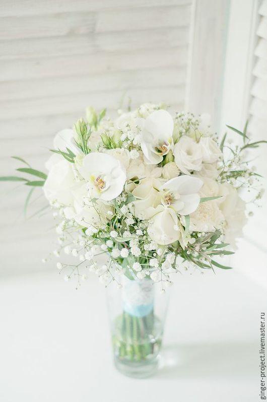 Белый свадебный букет невесты из живых цветов