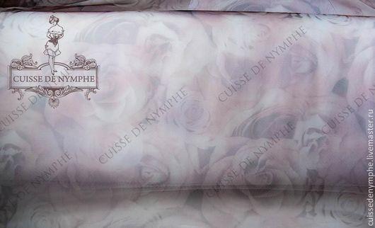 Ткань расположена в один слой на рулоне еврофатина европейского белого
