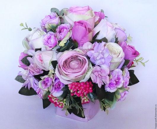 Невероятно нежная  композиция, выполнена из цветов роз различных сортов и  оттенков и дельфиниума в стильном керамическом кашпо. Будет чудесным украшением Вашего интерьера и интересным, незабываемым п