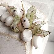 Украшения ручной работы. Ярмарка Мастеров - ручная работа Брошь булавка с белыми кораллами в листьях из ткани. Handmade.