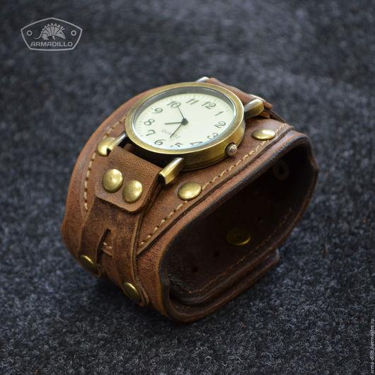 Часы на широком кожаном браслете Armadillo