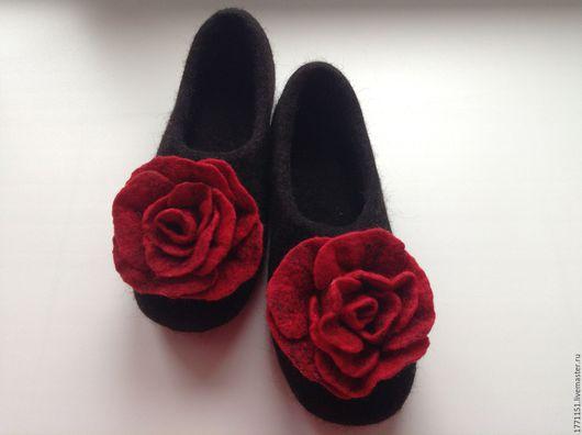 Тапочки сваляны ручным способом без применения ВШМ из высококачественной некрашеной шерсти бергшаф. Подошва подшита специальной обувной микропористой резиной.