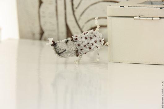 Броши ручной работы. Ярмарка Мастеров - ручная работа. Купить Собачка Брошь миниатюрная. Handmade. Серый, маленькая собачка брошь