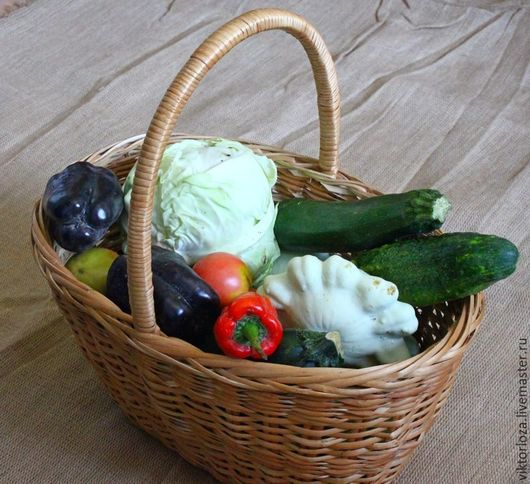Плетеная корзина на 15 литров  с поперечной ручкой с овощами