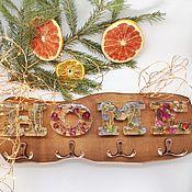 Ключницы ручной работы. Ярмарка Мастеров - ручная работа Ключница настенная из дерева с надписью HOME с залитыми сухоцветами. Handmade.
