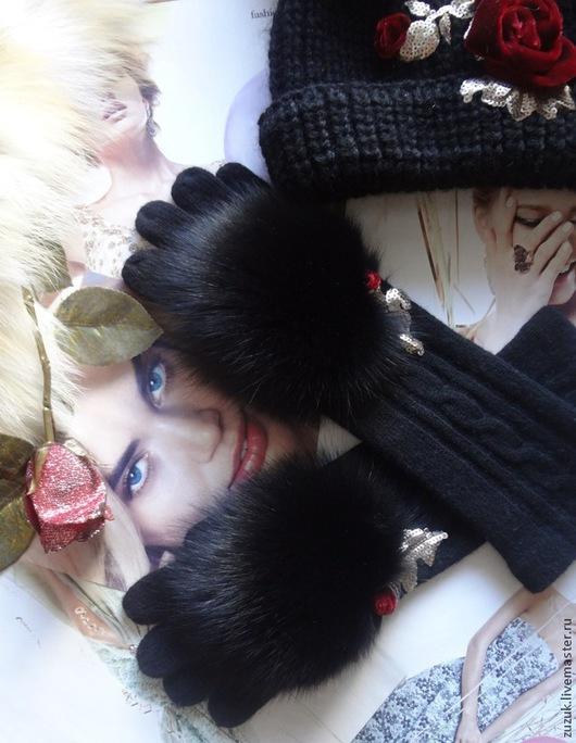 Удлиненные перчатки трикотажные 50% шерсть,50% ангора. Украшены сверкающим мехом финского песца. Украшены аппликацией в виде небольшого бутона алой розы, расшиты благородными пайетками цвета матового золота. Выполнены в стиле последней коллекции DOLCE & GABBANA