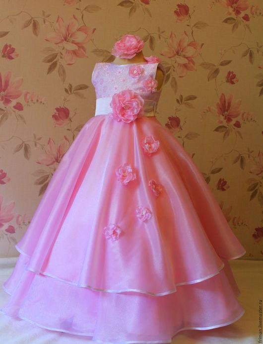 Платье может быть выполнено в розовом как на фото, нежно голубом или золотом цвете.