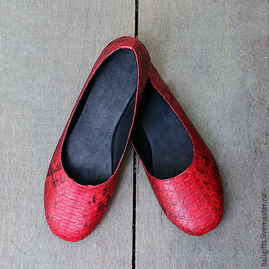 Женские балетки из натуральной кожи питона красные