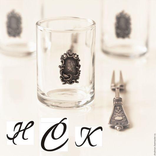 В центре накладки на стопке и в круглом медальоне на вилочке может быть сделана гравировка ваших инициалов (см. примеры на фото).