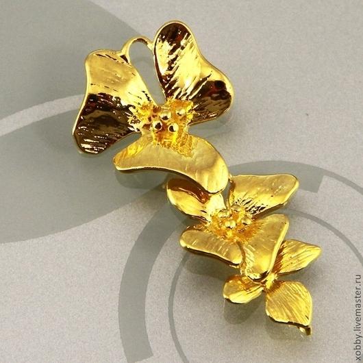 Подвеска коннектор из латуни каскадная Орхидеи из трех разновеликих цветков с покрытием под золото для использования в сборке сережек и колье