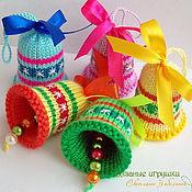 """Подарки к праздникам ручной работы. Ярмарка Мастеров - ручная работа """"Разноцветные колокольчики"""" вязаные новогодние сувениры. Handmade."""