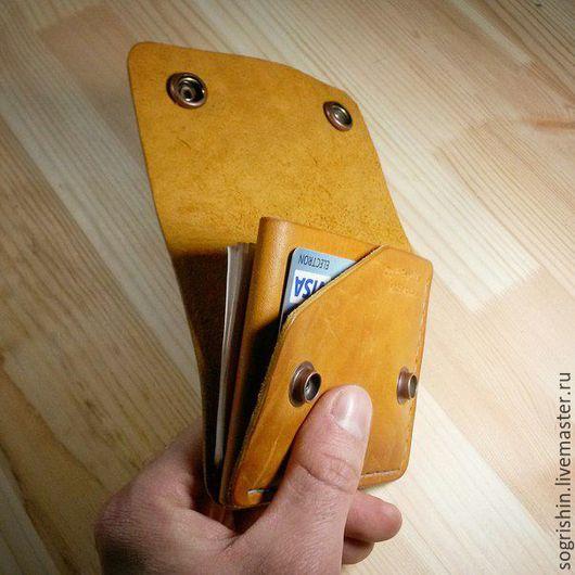 Кошелек `Компактный` . Изготовлен из натуральной кожи. Вмещает купюры в сложенном виде., монеты, карты.