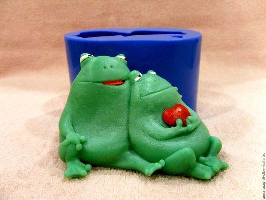 """Другие виды рукоделия ручной работы. Ярмарка Мастеров - ручная работа. Купить Силиконовая форма для мыла """"Влюблённые жабы"""". Handmade."""