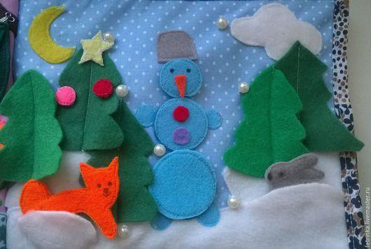 Зимняя страничка. В сугробах прячется лиса и зайка. Одна елочка нарядная, украшения на кнопочках. Снеговик полностью разборный ,крепится на липах.