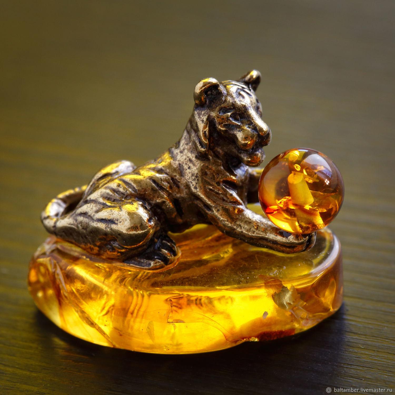Тигр с мячом статуэтка из металла с янтарем, Статуэтки, Калининград,  Фото №1