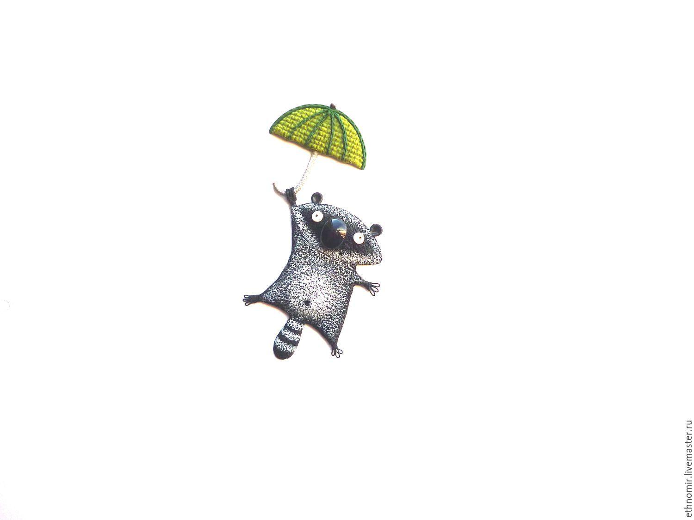 Днем, гифка с енотом под дождем