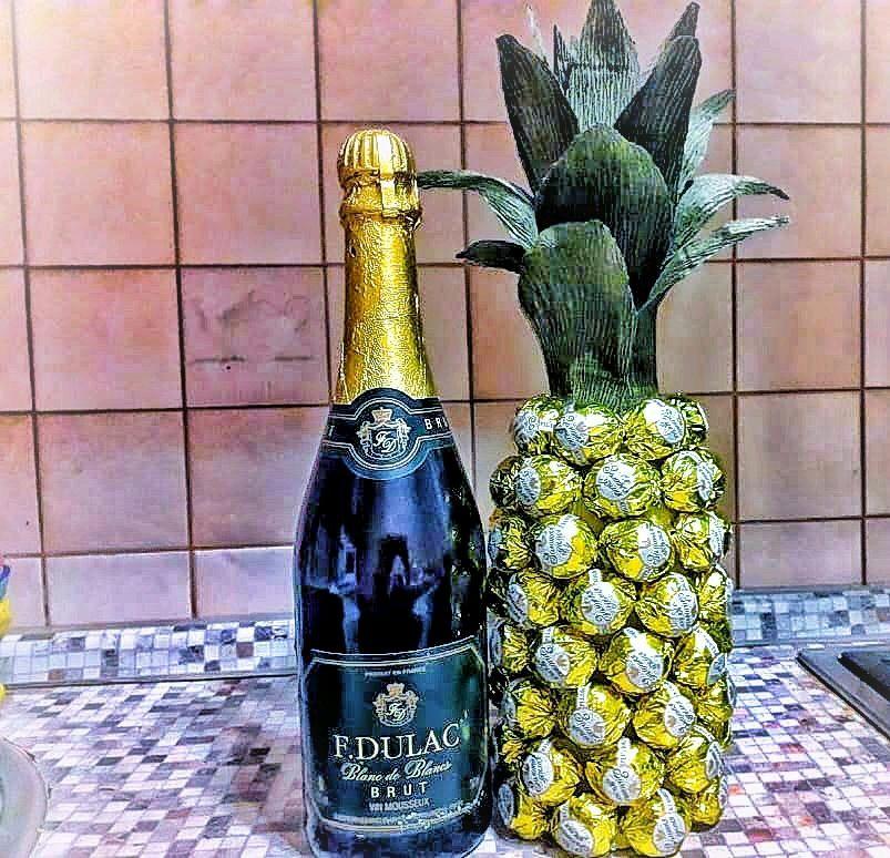 засунула видеокамеру поздравления к подарку шампанское и ананасами кажется, подходящее