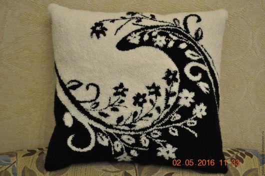 """Текстиль, ковры ручной работы. Ярмарка Мастеров - ручная работа. Купить Декоративная подушка """"Инь и янь"""". Handmade. Чёрно-белый"""