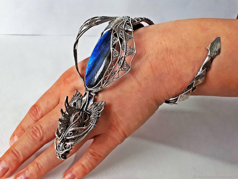 Браслет `Сила дракона` в серебре, с сапфирами и лабрадором, выполненный вручную.