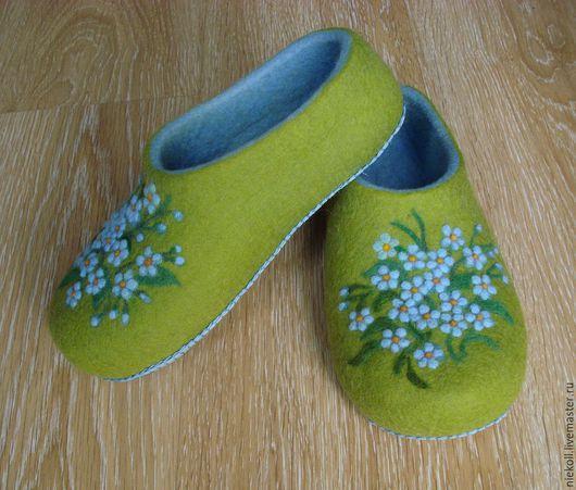 """Обувь ручной работы. Ярмарка Мастеров - ручная работа. Купить Домашние тапочки """"Голубые цветы памяти"""". Handmade. Ярко-зелёный"""