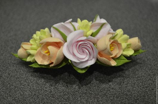 В НАЛИЧИИ. ЗАКОЛКА-АВТОМАТ с розами, фрезией и маленькими цветами