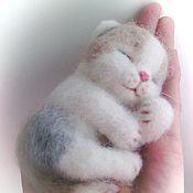 Куклы и игрушки ручной работы. Ярмарка Мастеров - ручная работа Валяный спящий котёнок.. Handmade.